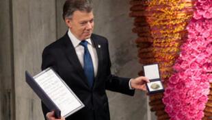 El presidente de Colombia Juan Manuel Santos muestra la medalla y el diploma del Nobel de la Paz 2016, Oslo, 10 de diciembre 2016