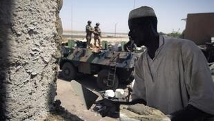 Un Malien travaillant à la reconstruction du marché de Gao, le 4 avril 2013.