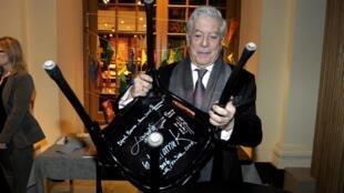 Mario Vargas Llosa tras haber firmado en una silla en el Museo del Nobel en Estocolmo, 6 de diciembre de 2010.