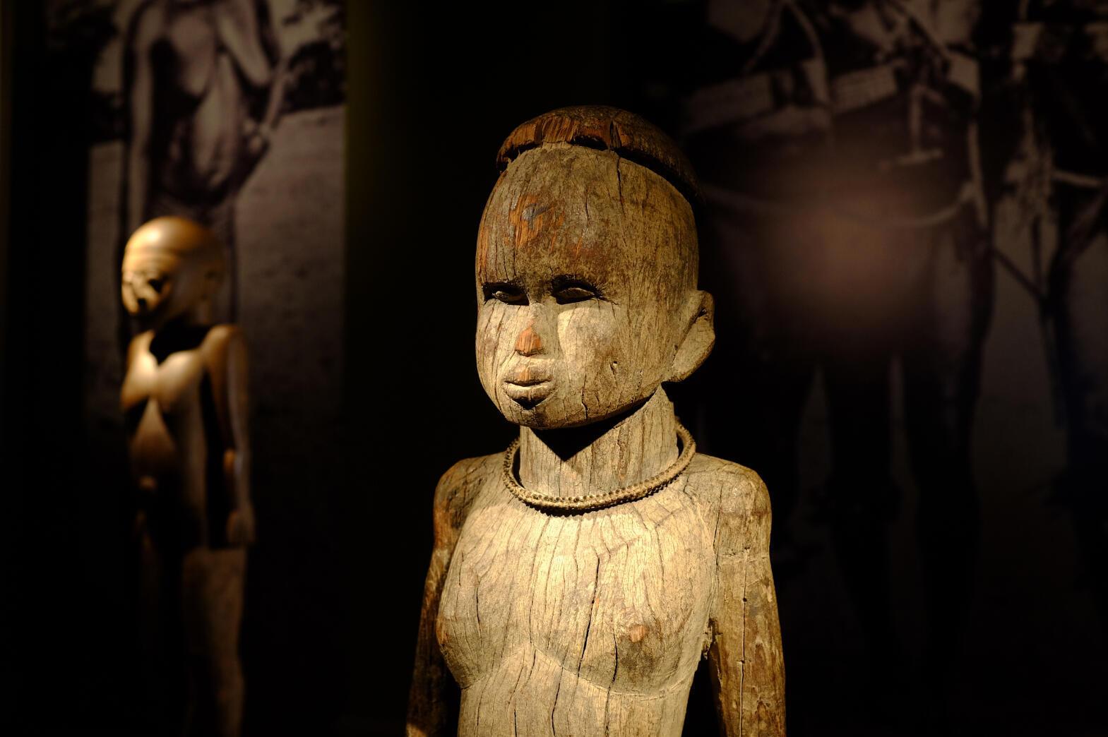 Statuaire lobi, figure masculine portant la coiffure yuu-bilami. H 80 cm. Exposée dans « Les bois qui murmurent. La grande statuaire lobi » à l'Ancienne Nonciature, Bruxelles.