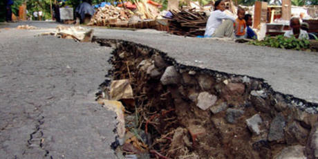 Cratera em rua de Aceh, na Indonésia, depois do terremoto desta quarta-feira, 11 de abril de 2012.