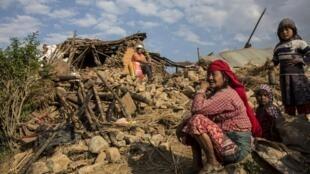 Mama huyu raia wa Nepal akiwa kwenye magofu ya nyumba yake, iliyoharibiwa na tetemeko la ardhi la Aprili 25 mwaka 2015.
