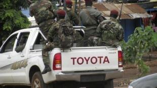 Une patrouille des forces de sécurité guinéennes dans les rues de Conakry le 19 juillet 2011.