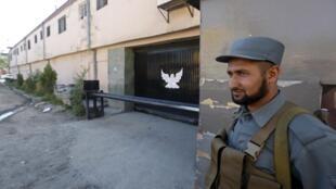 "محافظت ورودی مهمانخانه ""پارك پالس"" شهر كابل، توسط پلیس افغان بعد از حمله انتحاری. ٢٤ ثور/ ١٤مه ٢٠١۵"