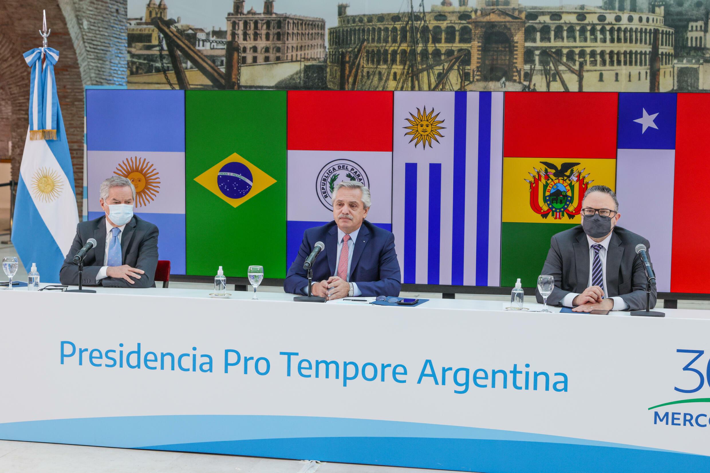 O presidente argentino, Alberto Fernández (centro), durante a última reunião de cúpula virtual do Mercosul. A Argentina não aceita um tratado comercial do Uruguai com a China.