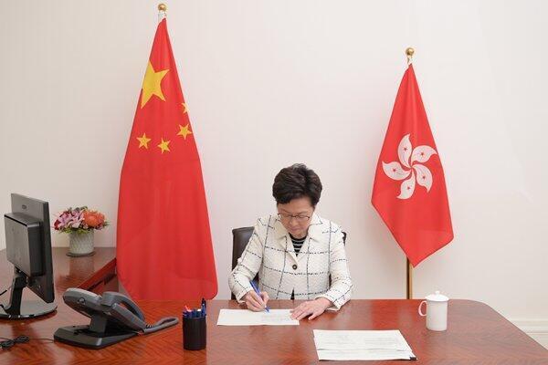 港区国安法30日深夜由港府公布即时实施,特首林郑月娥签署该法,并已刊宪生效。