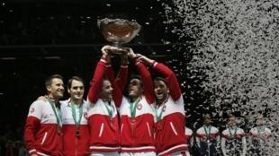Đội Thụy Sĩ giành chiếc Cúp Davis đầu tiên trong lích sử nhờ Roger Federer (thứ 2 T), ngày 23/11/2014.