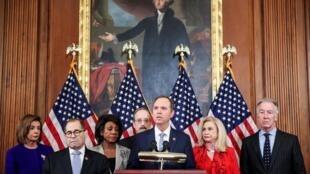 Le président de la Commission du renseignement, Adam Schiff, avec la cheffe des démocrates au Congrès, Nancy Pelosi, et Jerry Nadler, le président de la Commission du renseignement, le 10 décembre 2019, lors de la conférence de presse.
