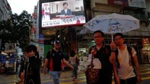 林郑月娥的电视讲话通过街边大屏幕播放