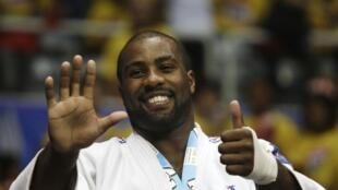 O judoca Teddy Riner comemora a conquista de seu 6° título de campeão mundial.