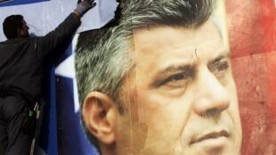 Cartel electoral del primer ministro de Kosovo, Hashim Thaci.