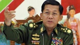 ប្រមុខទ័ពភូមា លោកMin Aung Hlaingនៅក្នុងសន្និសីទកាសែតនៅក្រសួងការពារជាតិភូមា នៅឆ្នាំ ២០១៥(រូបបណ្ណាសារ)