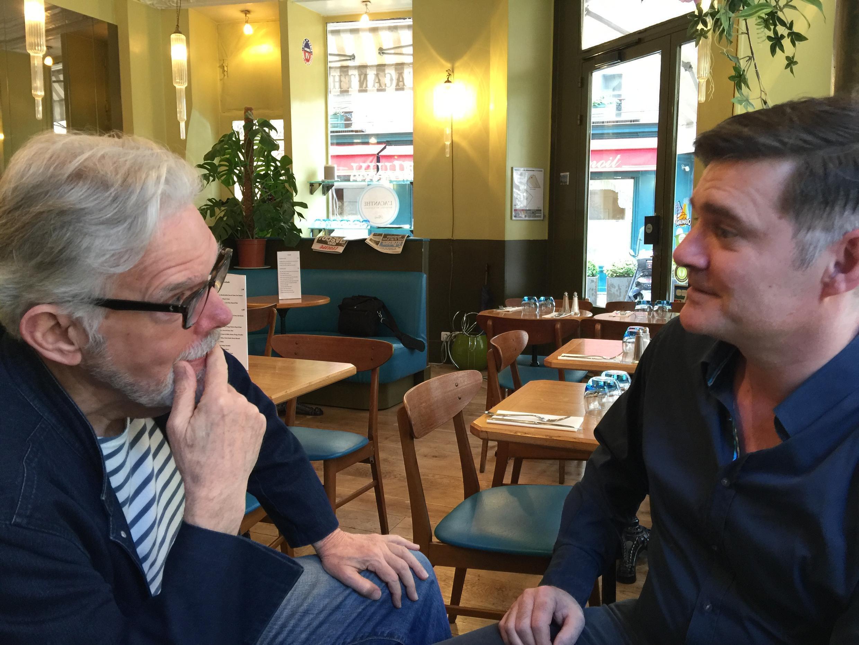 William, cliente do bistrô Alicante, no Marais, ouve o gerente Franck falar sobre a crise brasileira.