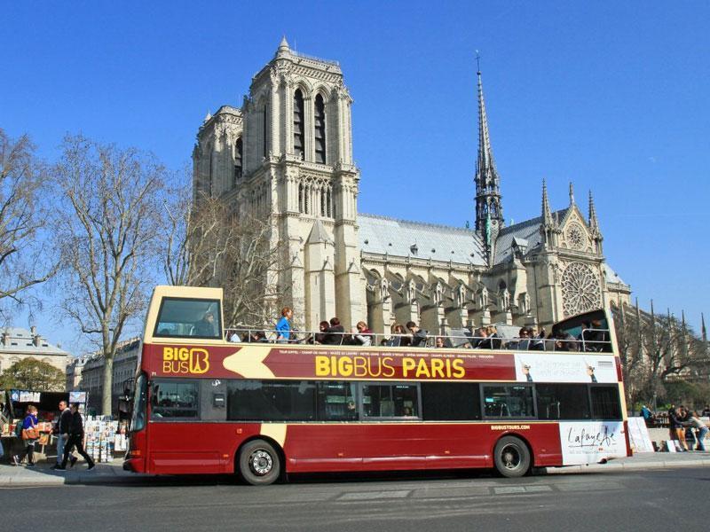 Ônibus da empresa Big Bus se chocou contra ponte