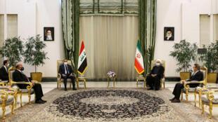 El presidente de Irán, Hasan Rohani (c-drcha), se reúne con el primer ministro de Irak, Mustafá al Kazimi (C-izq), el 21 de julio de 2020 en Teherán