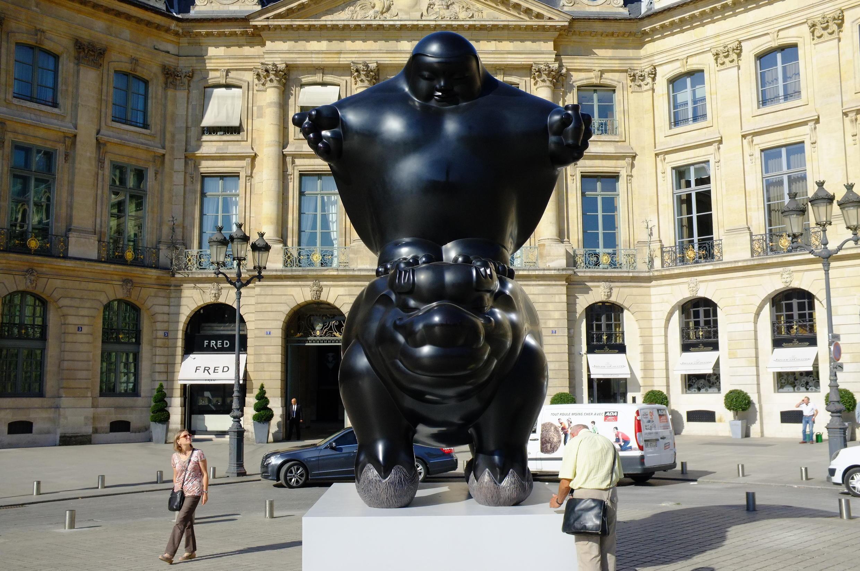 Una escultura de Li Chen en la Plaza Vendôme.