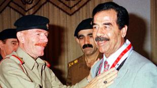 Saddam Hussein (droite) en compagnie de son ancien bras droit Izzat Ibrahim al-Douri (gauche)