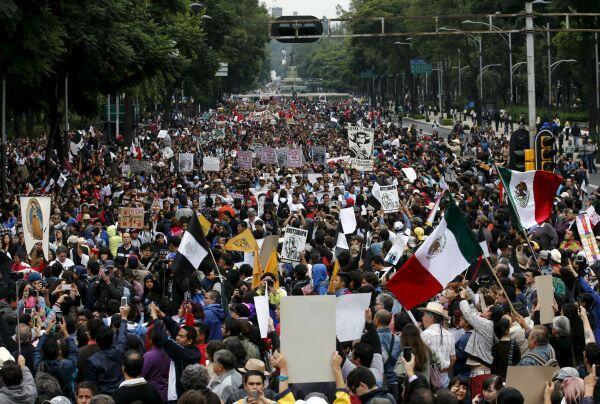 Manifestantes marchan por el primer aniversario de la desaparición de los 43 estudiantes, el 27 de septiembre de 2015 en Ciudad de México.