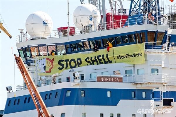 Активисты Гринпис на борту ледокола Nordica 03/05/2012
