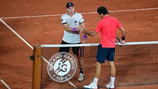 El suizo Roger Federer, felicita al derrotado alemán Dominik Koepfer tras ganar el partido de la tercera ronda de individuales masculinos del torneo de Roland Garros 2021, el Abierto de Francia,  en París, el 5 de junio de 2021.