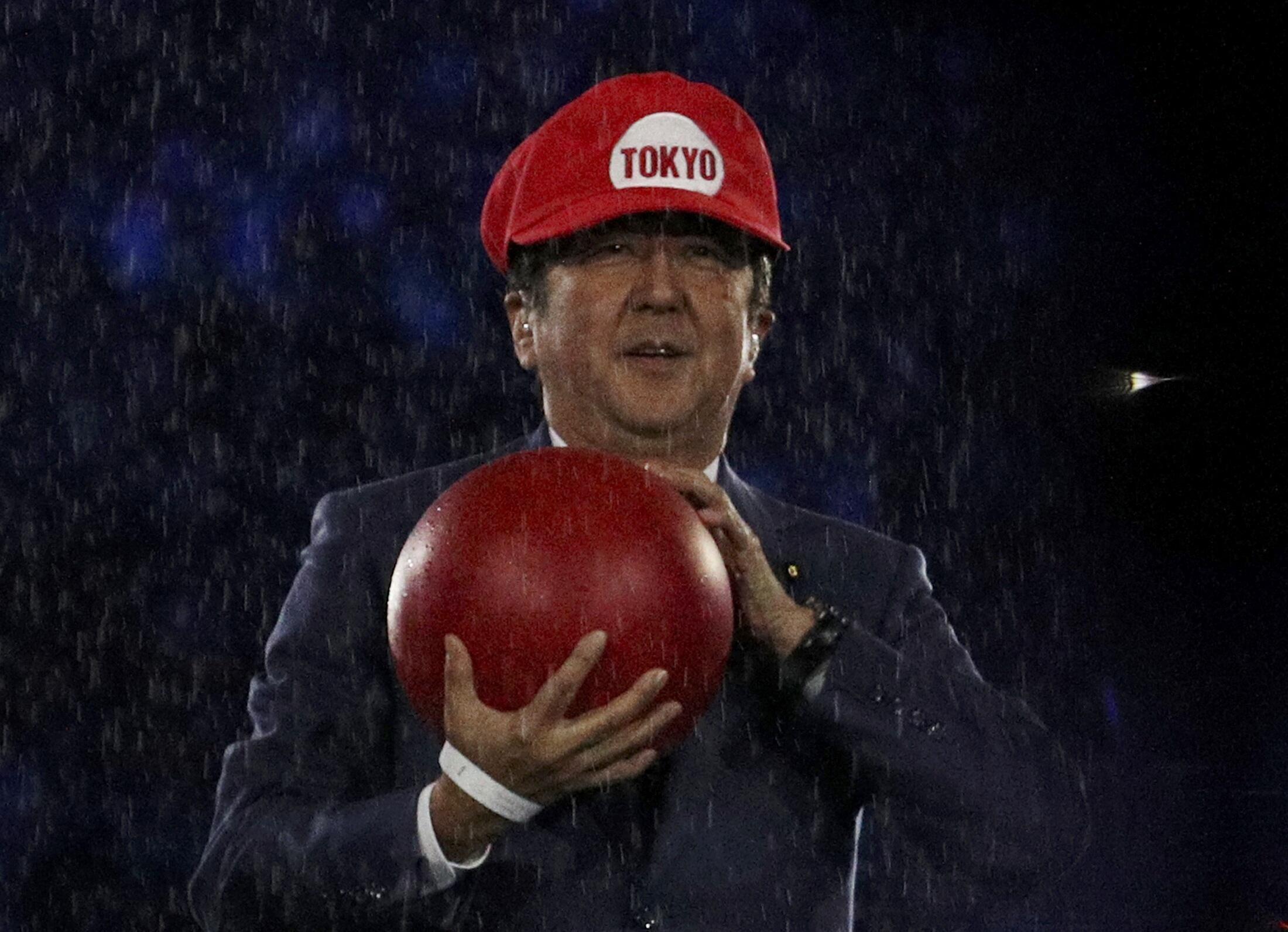 O primeiro-ministro Shinzo Abe apareceu de Super Mario no gramado do Maracanã.