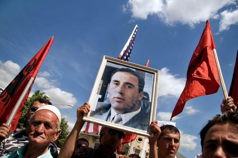 Des Kosovars brandissent le portrait de l'ancien Premier ministre Ramush Haradinaj, à Pristina, le 2 mai 2007.