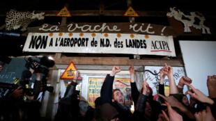 La réaction des zadistes de Notre-Dame-des-Landes après l'annonce de l'abandon du projet d'aéroport par Edouard Philippe, le 17 janvier 2018.