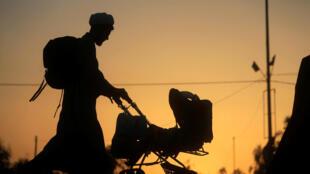 一名什叶穆斯林在伊拉克Najaf附近的黄昏中