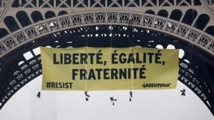 Khẩu hiệu của Greenpeace trên tháp Eiffel đề cao tiêu chí của nước Pháp và kêu gọi không bỏ phiếu cho ứng viên cực hữu Marine Le Pen, Paris, ngày 05/05/2017