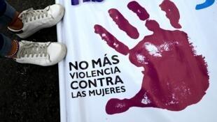 Banderole contre les violences faites aux femmes, lors de la marche #Ni une (femme) de moins, à Lima, le 12 août 2017.