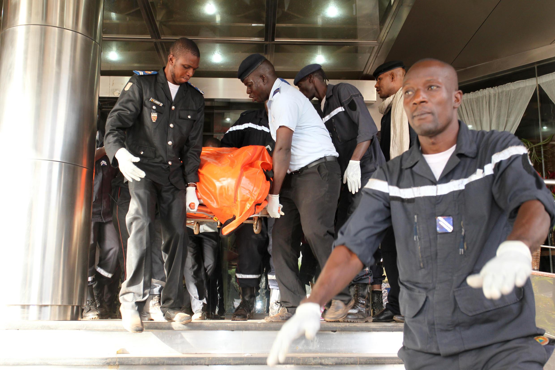 Evacuation des victimes de l'hôtel Radisson Blu, à Bamako, après l'attentat jihadiste, le 20 novembre 2015.