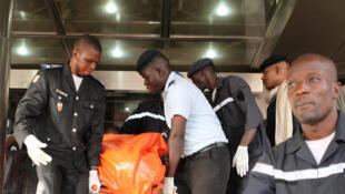Evacuation des corps de l'hôtel Radisson Blu, à Bamako, après l'attentat terroriste, le 20 novembre 2015.