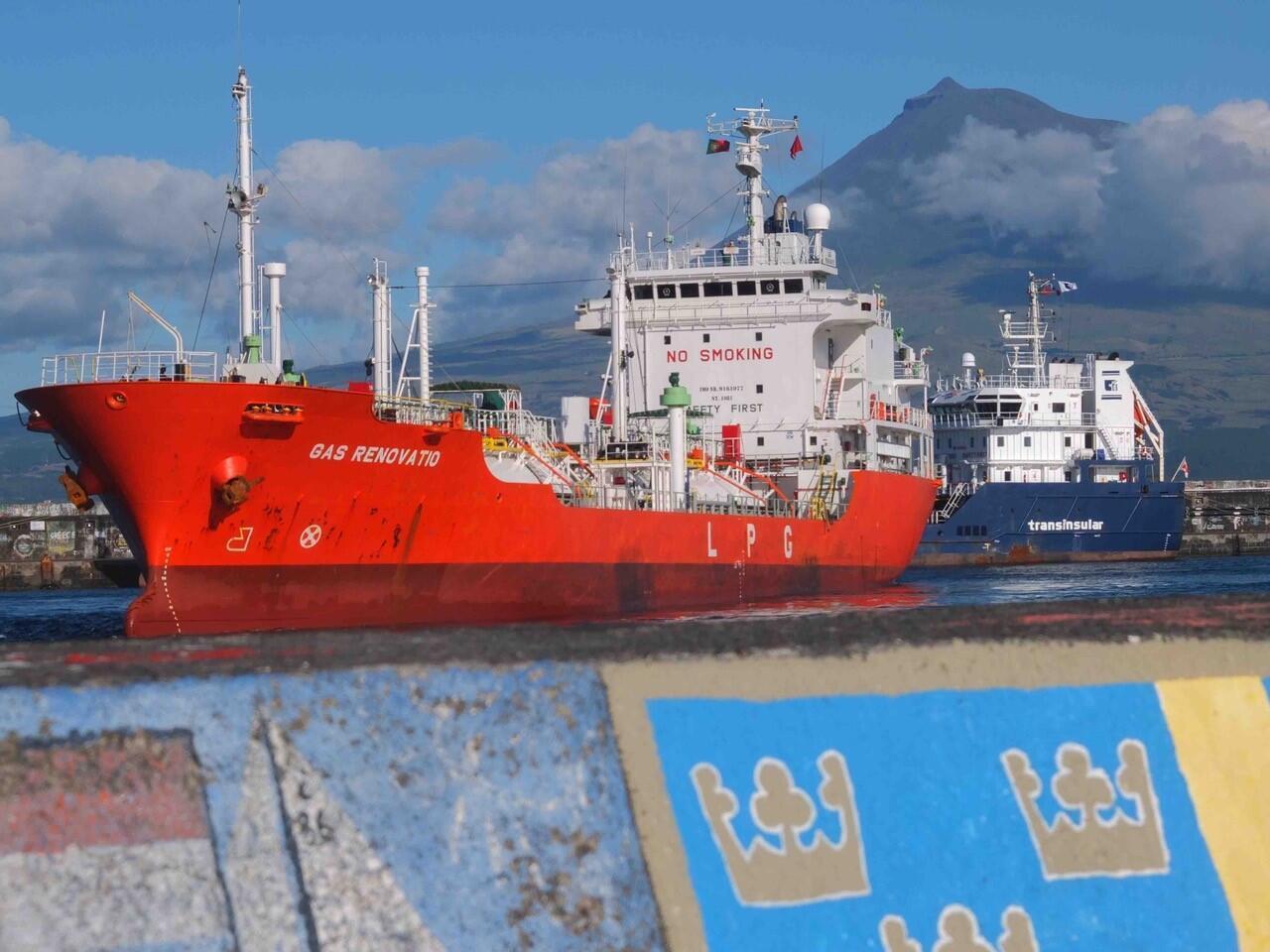 Cargo dans le port de Faial.