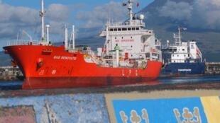 Un cargo dans le port de l'île de Faial, dans l'archipel des Açores.