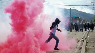 Un manifestante corre durante enfrentamientos con la policía antidisturbios en Facatativa, Colombia, el 31 de mayo de 2021