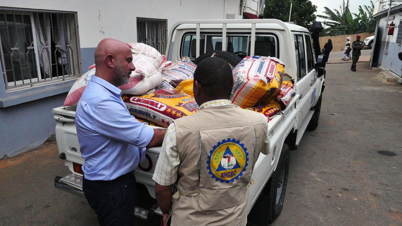 Lundi 27 janvier, Nicolas Dupuis, le sélectionneur des Barea, l'équipe nationale de Football, a fait un don personnel d'1,2 tonne de riz pour les sinistrés des inondations. Il est venu déposer les vivres dans les locaux du BNGRC.