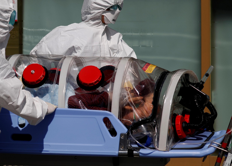 Nhân viên y tế Hàn Quốc đối mặt với virus corona tại thành phố Daegu. Ảnh ngày 06/03/2020.