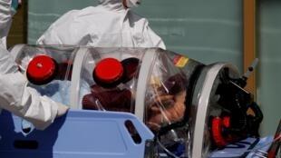 韩国卫生工作者在大邱市面对日冕病毒。 照片06/03/2020。Nhân viên y tế Hàn Quốc đối mặt với virus corona tại thành phố Daegu. Ảnh ngày 06/03/2020.