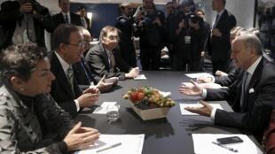 Le ministre des Affaires étrangères Laurent Fabius, président de la COP21, et Ban Ki-moon, ont reçu à la mi-journée le document d'étape des discussions sur la lutte contre le réchauffement climatique ce samedi 5 décembre 2015.