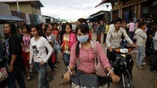 Les jeunes Cambodgiens sont courtisés par le parti au pouvoir et par l'opposition.