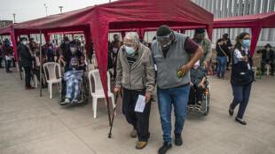 Los ancianos esperan su turno para recibir una dosis de la vacuna Pfizer-BioNTech contra el covid-19, en un centro de vacunación en Lima el 23 de abril de 2021