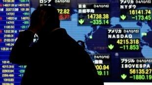 資料圖片:東京股市股價浮動電子顯示牌。攝於2014年10月16日。