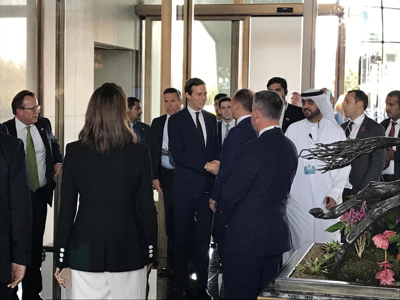 """ورود جارد کوشنر مشاور و داماد دونالد ترامپ به هتل """"  Four Seasons"""" در منامه، جهت شرکت در کنفرانس  """"از صلح تا آبادانی"""" برای صلح اسرائیل و فلسطین. بحرین سهشنبه ٤ تیر/ ٢۵ ژوئن ٢٠۱٩   ،"""