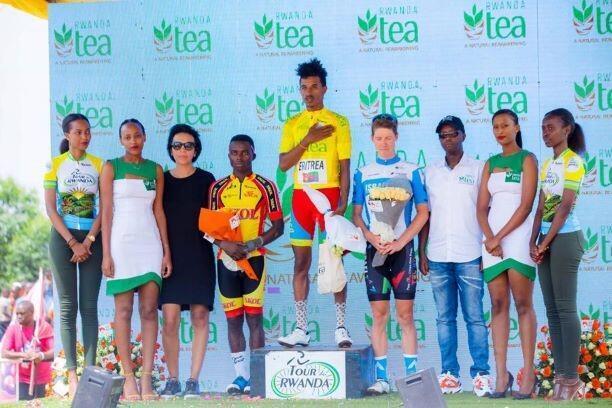 Natnael Tesfazion encadré sur le podium de Moïse Mugisha (2ème) et Patrick Schelling (3ème).