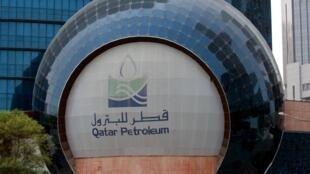 Thương hiệu của tập đoàn Qatar Petroleum tại trụ sở ở Doha, Qatar. Ảnh chụp ngày 08/07/2017