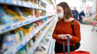 超市戴口罩购物的顾客