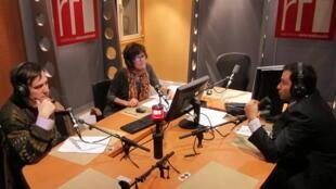 Stéphane Monclaire, Maria Emilia Alencar e Gaspard Estrada durante debate nos estúdios da RFI.