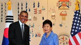 U.S. President Barack Obama (L) and South Korean President Park Geun-Hye (R) pose for a photo during their meeting at the presidential Blue House in Seoul April 25, 2014.