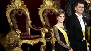 O novo casal real espanhol: a rainha Letizia e o rei Felipe VI de Bourbon.
