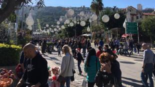 Chaque année en décembre, la ville de Haïfa fête les trois grandes religions monothéistes. Des dizaines de milliers de personnes, juifs, chretiens et musulmans, déambulent sur l'avenue Ben Gurion, décorée et illuminée pour l'occasion.
